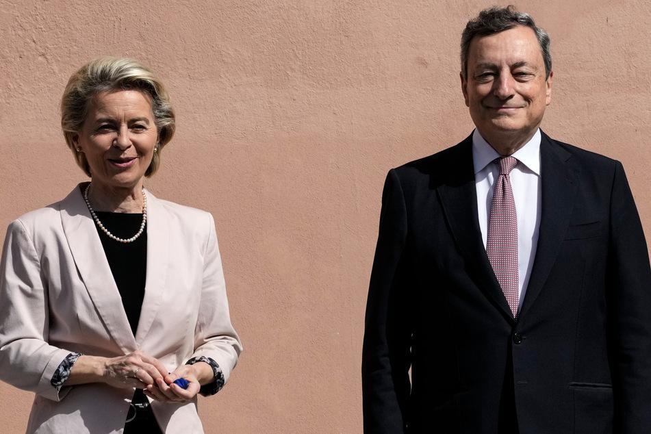 Rom: Mario Draghi (73), Ministerpräsident von Italien, und Ursula von der Leyen (62), Präsidentin der Europäischen Kommission, posieren für Fotografen in den Cinecitta' Studios.