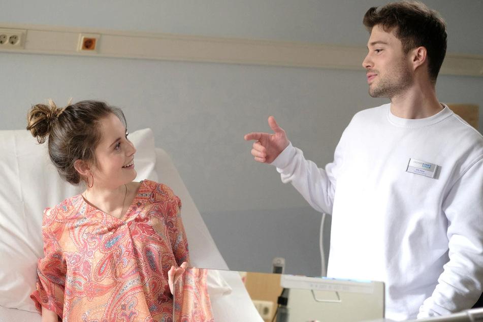 Kris Hass (r.) fungiert aktuell in der Sachsenklinik als Multitalent. Sogar für Patientin Dunja Wolke scheint er eine Behandlungsmethode zu haben.