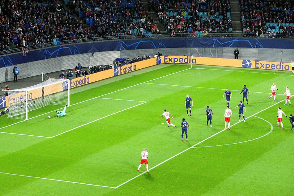 Marcel Sabitzer (rechts mittig) schaute seinem Direktschuss hinterher, Torhüter Hugo Lloris kam noch an den Ball, konnte das 0:1 aber nicht verhindern.