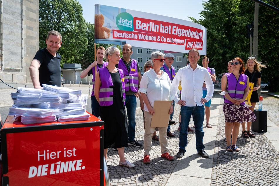 """Klaus Lederer (47, Die Linke, l.), Kultur- und Europasenator von Berlin, steht bei der öffentlichen Übergabe der Unterschriften der Partei Die Linke Berlin an die Initiative """"Deutsche Wohnen und Co. enteignen""""."""