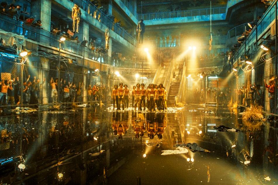 Nicht nur Cheol-min (Kim Do-yoon), auch viele andere arme Menschen müssen sich dort wie Gladiatoren behaupten. Sie haben allerdings keine Waffen und werden von der Aufmachung eingeschüchtert. Von der Decke baumeln aufgehängte Personen, von außen schauen die blutgeilen Gangs zu und schließen Wetten ab.