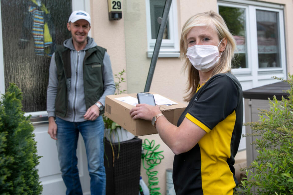 Mundschutz ist bei Kundenkontakt Pflicht: Ronny Papke (45) bestellt gern online und freut sich über Karolins Paketpost.