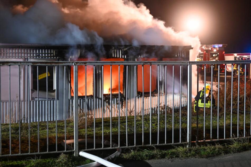 Wollten Brandstifter Spuren vernichten? Baustoffhandel lichterloh in Flammen