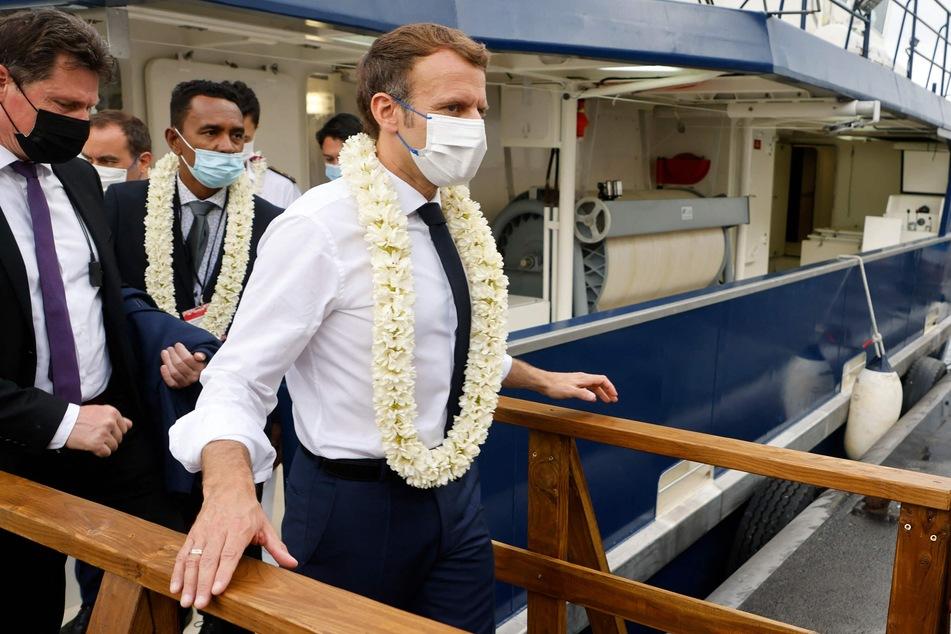 Frankreich, Papeete: Emmanuel Macron, Präsident von Frankreich, verlässt das Schiff Ulysse II im Hafen von Papeete.