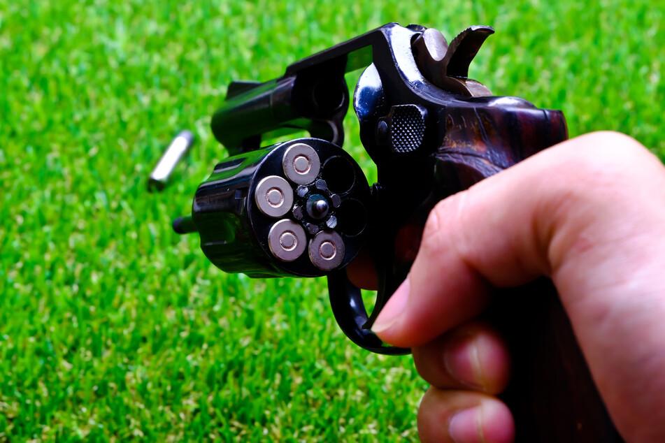 Sauer auf Handwerker: Rentner greift aus Ärger zur Pistole