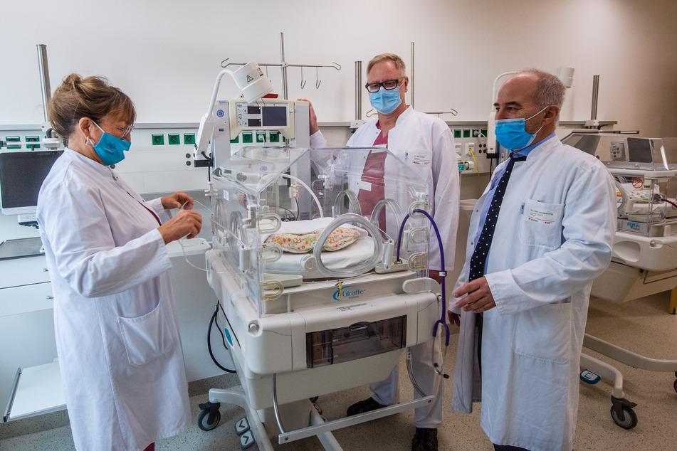 Monika Hofmann (v.l.n.r., Chefärztin der Kinderklinik), Andreas Huster, Leiter der Neonatologie, und Gunter Leichsenring, Leiter der Geburtshilfe, arbeiten in der neuen Frühchen-Klinik eng zusammen.