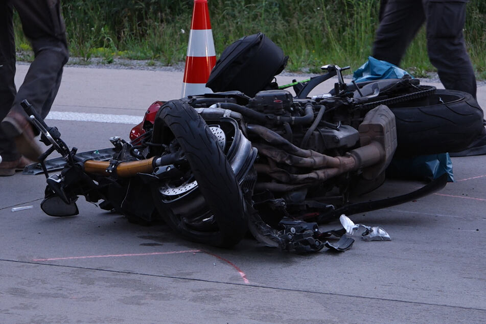 Fahrer will auf Autobahn Lkw überholen und übersieht Motorrad: Biker lebensgefährlich verletzt