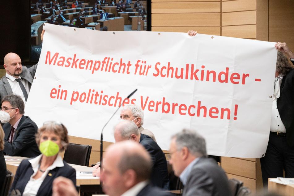Räpple (links) und Fiechtner (rechts) halten das Plakat in die Höhe.