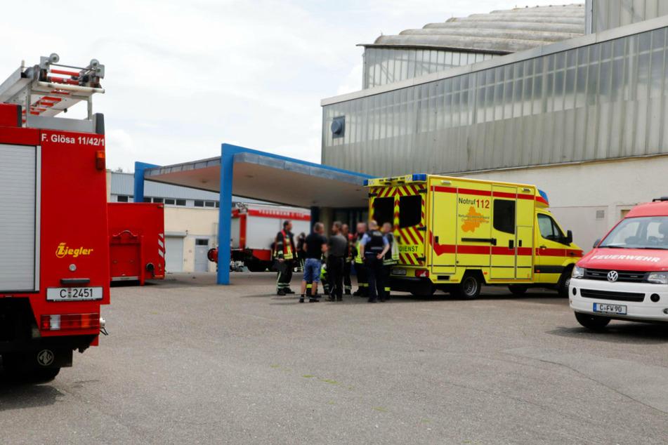 Einsatz am Eissportzentrum Chemnitz: Feuerwehr und Krankenwagen sind vor Ort.