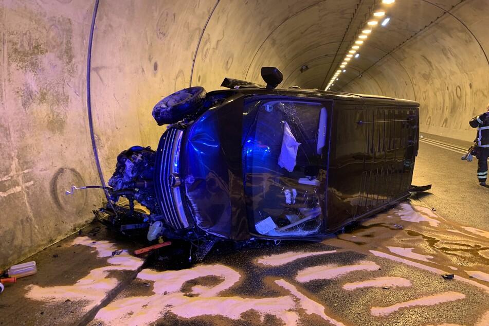Am Samstagmorgen krachte ein Kleintransporter auf der A71 gegen eine Tunnelwand, kam anschließend auf der Seite zum Liegen.