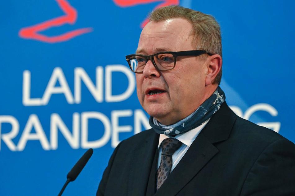 Innenminister Michael Stübgen (61, CDU) hat am Montag verkündet, dass in Brandenburg erstmals mehr als 100.000 Corona-Schutzimpfungen in einer Woche verabreicht worden sind.