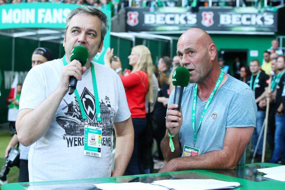 """Arnd Zeigler (55, l.) ist Stadionsprecher von Werder Bremen, dem breiten Publikum aber vor allem aus dem """"Sportschau-Club"""" als Co-Moderator und durch seine Sendung """"Zeigler's wunderbare Welt des Fußballs"""" bekannt."""