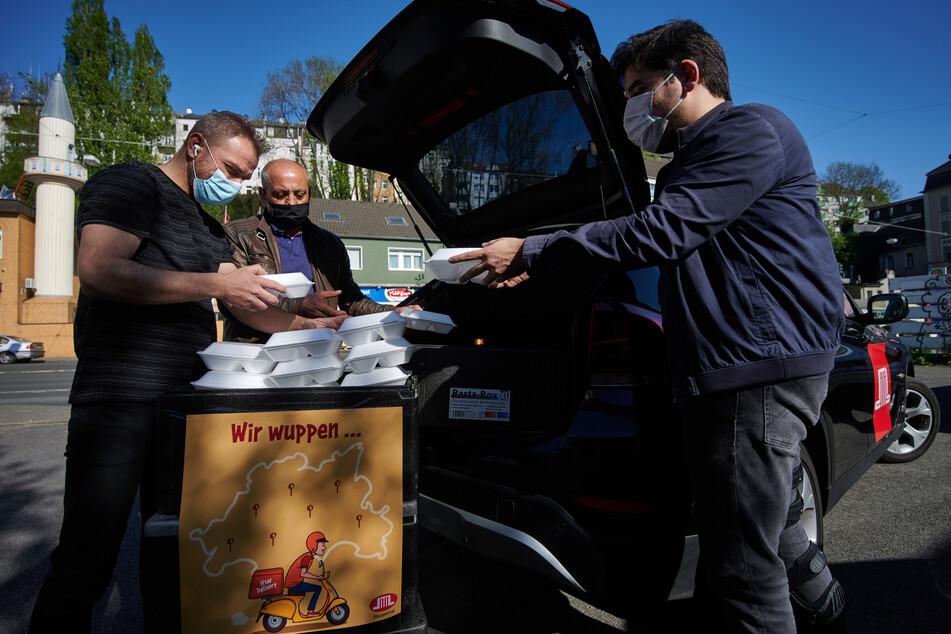 Während des Ramadan sollen täglich frisch gekochte Mahlzeiten an verschiedenen Standorten in Wuppertal an Bedürftige, Muslime wie Nicht-Muslime, ausgeteilt werden.