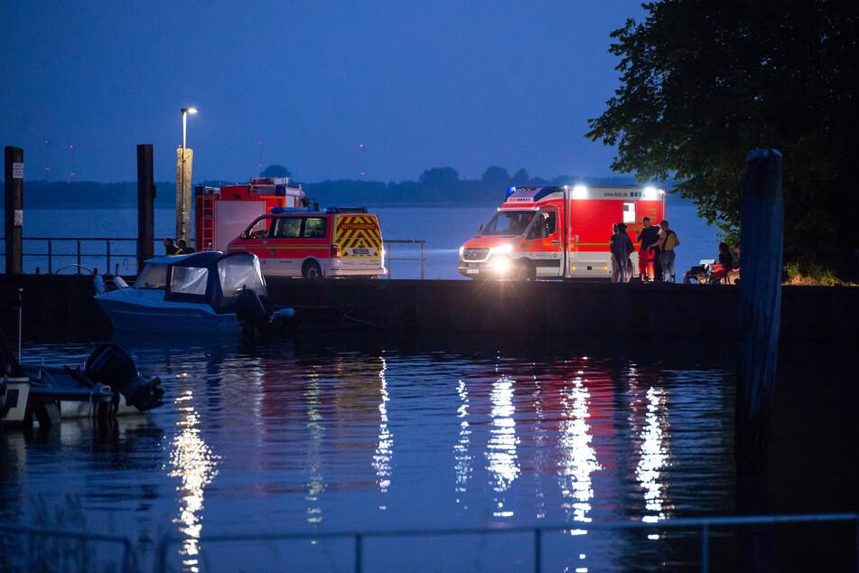 Einsatzkräfte suchen die Elbe nach einer Vermissten ab. (Symbolbild)