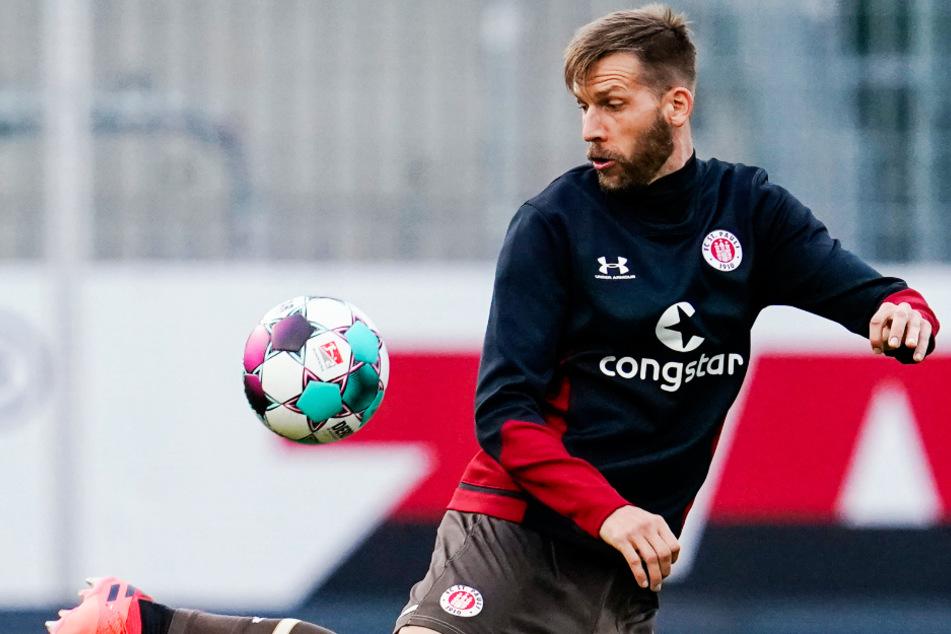 FC St. Pauli-Neuzugang Guido Burgstaller (31) wärmt sich vor dem Spiel beim SV Sandhausen mit dem Ball auf. (Archivfoto)