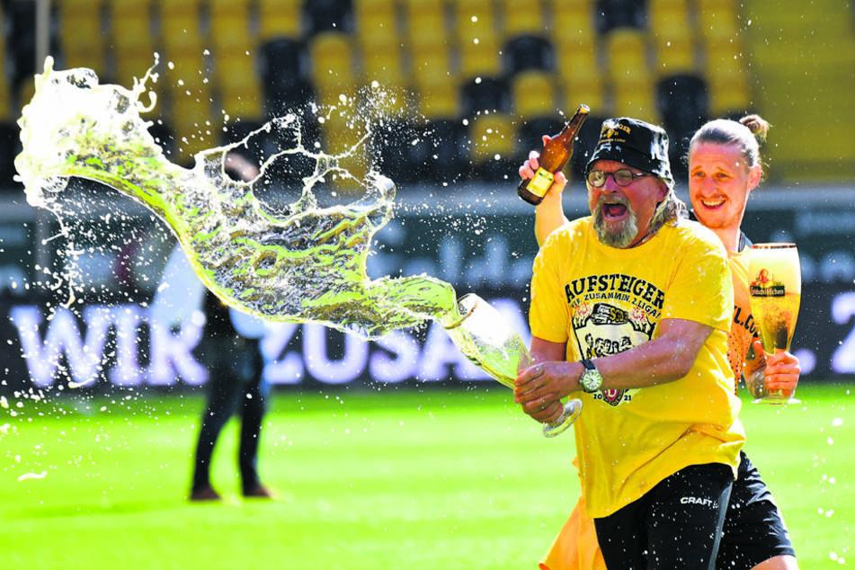 Den Aufstieg feierten die Dynamos um Co-Trainer Heiko Scholz (55) und Ex-Spieler Marvin Stefaniak (26) noch mit Feldschlösschen. Nun steigt Radeberger wieder ein.