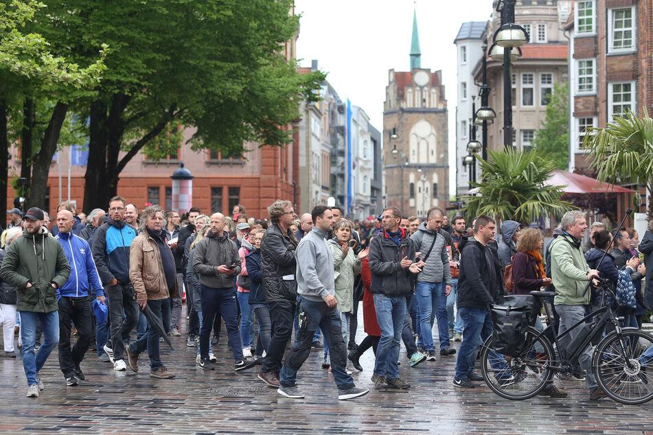 Teilnehmer einer unangemeldeten Demonstration laufen Mitte Mai durch die Innenstadt Rostocks. Am heutigen Montag sollen es nur etwa halb so viele gewesen sein.