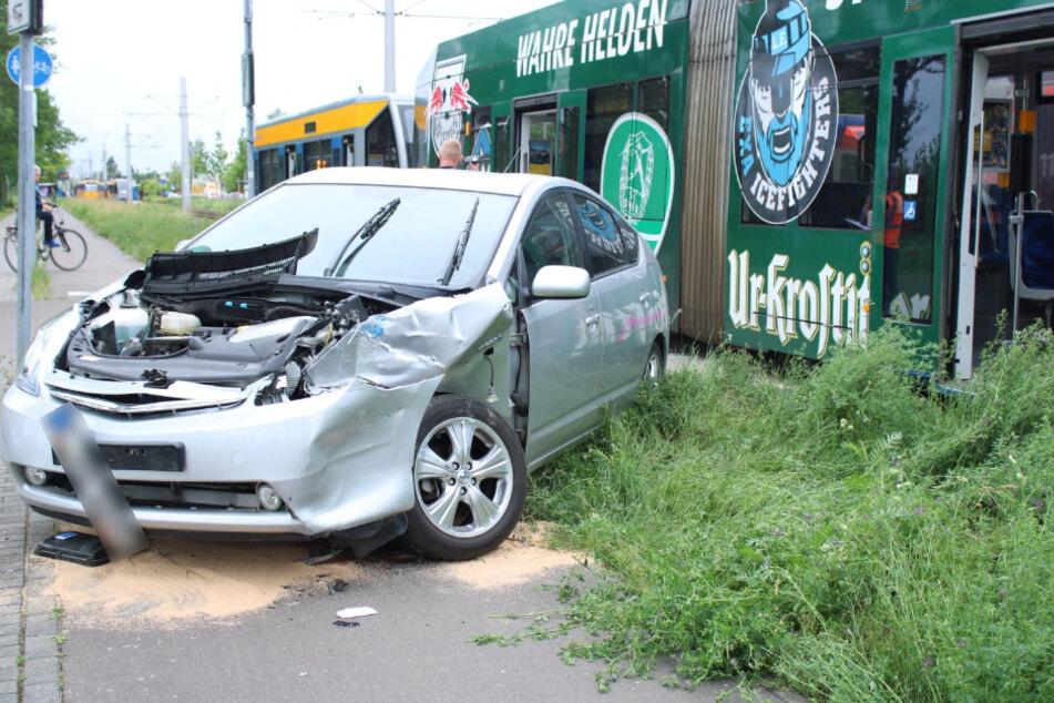 Das Auto blieb demoliert neben den Schienen stehen.