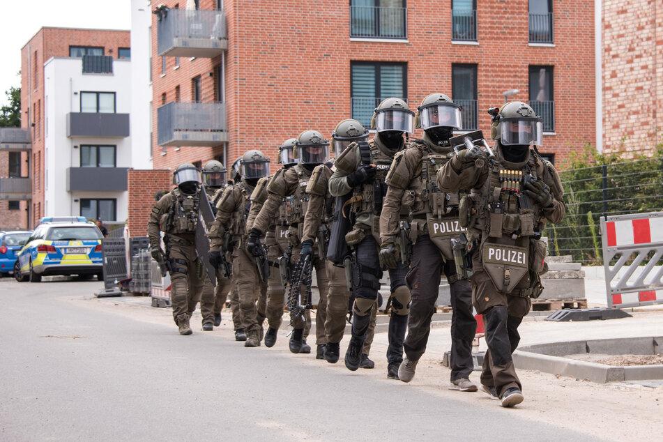 Das SEK durchsuchte die Wohnung, traf den mutmaßlichen Schützen aber nicht an. (Symbolbild)