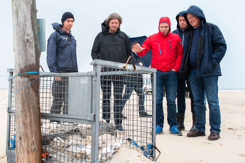 Bürgermeister Frank Ulrichs spricht unter anderem mit Stephan Weil (SPD; r.), Ministerpräsident von Niedersachsen, über Müll an Stränden. Seine Insel würde er mit Ferienbeginn am liebsten für Tagestouristen schließen.