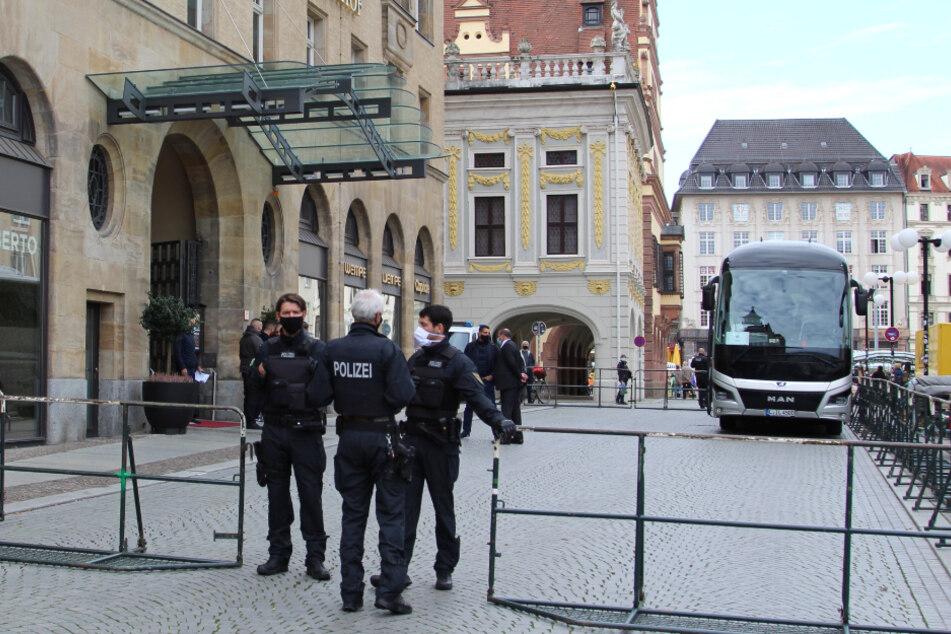 Nach den jüngsten Terroranschlägen bewachen Polizisten das Leipziger Steigenberger Grandhotel, wo die Fußballer von Paris Saint-Germain abgestiegen sind.