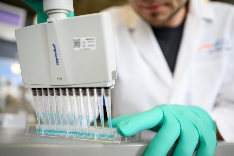 Ein Curevac-Mitarbeiter arbeitet in einem Labor in Tübingen. (Archiv)
