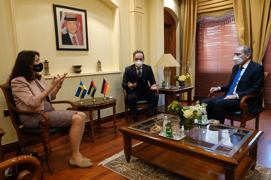 Schwedens Außenministerin Ann Linde (59, l-r), Bundesaußenminister Heiko Maas (54, SPD) und der jordanische Außenminister Ayman Safadi (59) sprechen während der Nuklearkonferenz miteinander.