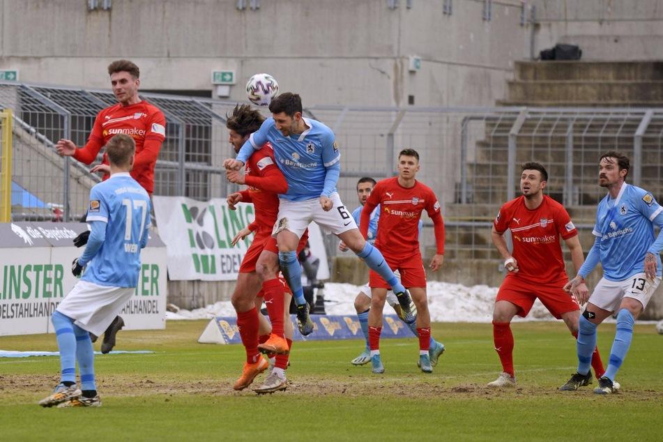 Kopfballduell zwischen FSV-Stürmer Ronny König und TSV-Abwehrmann Stephan Salger.