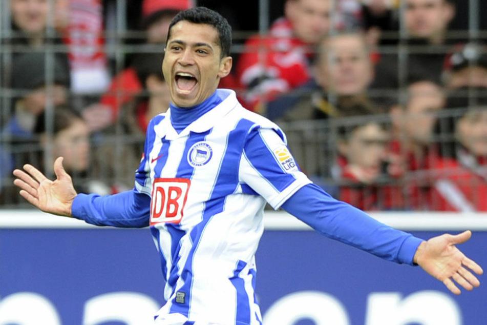 Cicero (36) bejubelt im Februar 2010 ein Tor für Hertha BSC. Der Brasilianer wechselte im Sommer desselben Jahres zurück in seine Heimat. (Archivbild)