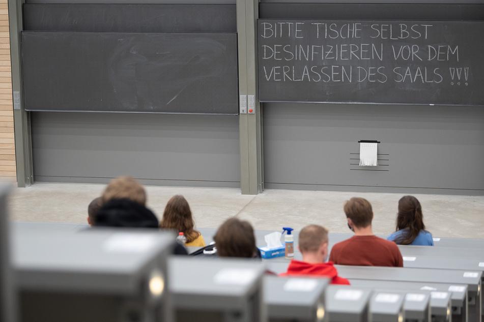 Studierende in Baden-Württemberg bekommen wegen der Corona-Pandemie noch einmal mehr Zeit für Prüfungen.