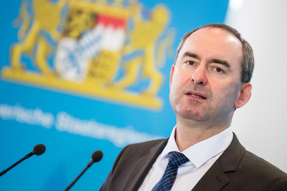 Der bayerische Wirtschaftsminister Hubert Aiwanger sieht keinen Grund, die Hilfen zu stoppen. (Archiv)