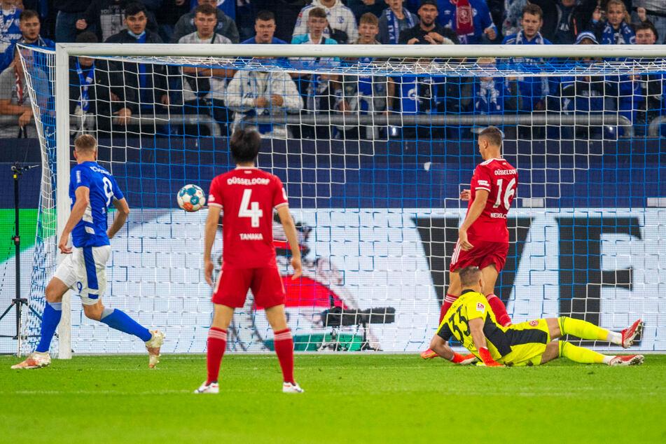 Simon Terodde (l.) schießt in Richtung Kasten, Dragos Nedelcu (2.v.l.) verlängert das Leder unglücklich zum 2:1 ins Tor. Später legte der Goalgetter noch das 3:1 für die Knappen nach.
