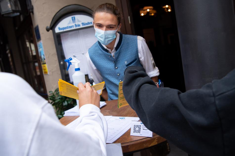 In anderen Regionen bereits gang und gäbe: Sollte die Inzidenz fünf Tage lang über dem Wert von 35 liegen, wird bald auch in Dresden vermehrt nach einem Impf-, Genesenen- oder Testnachweis gefragt. (Symbolbild)