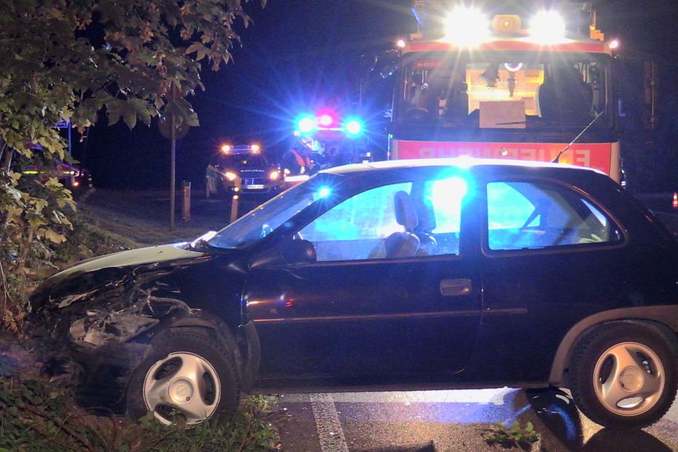 Der Opel Corsa schleuderte über die Straße und prallte gegen einen Baum. Die 20-jährige Fahrerin musste schwer verletzt ins Krankenhaus.
