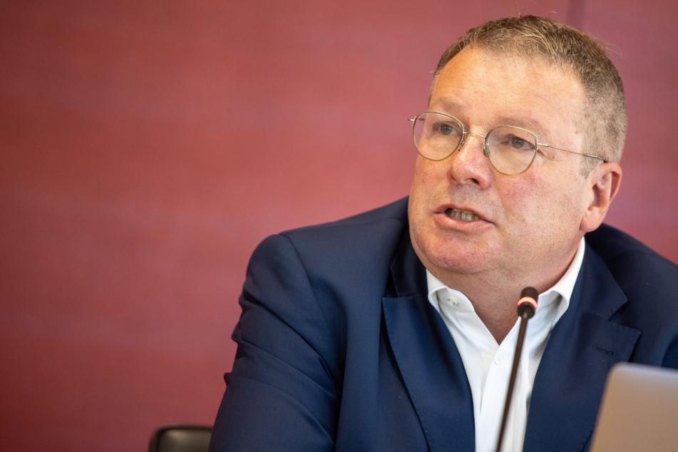 Der Abgeordnete Ernst Weidenbusch (CSU, 58) muss sich wegen Zahlungen der Bayerischen Landesbank rechtfertigen.