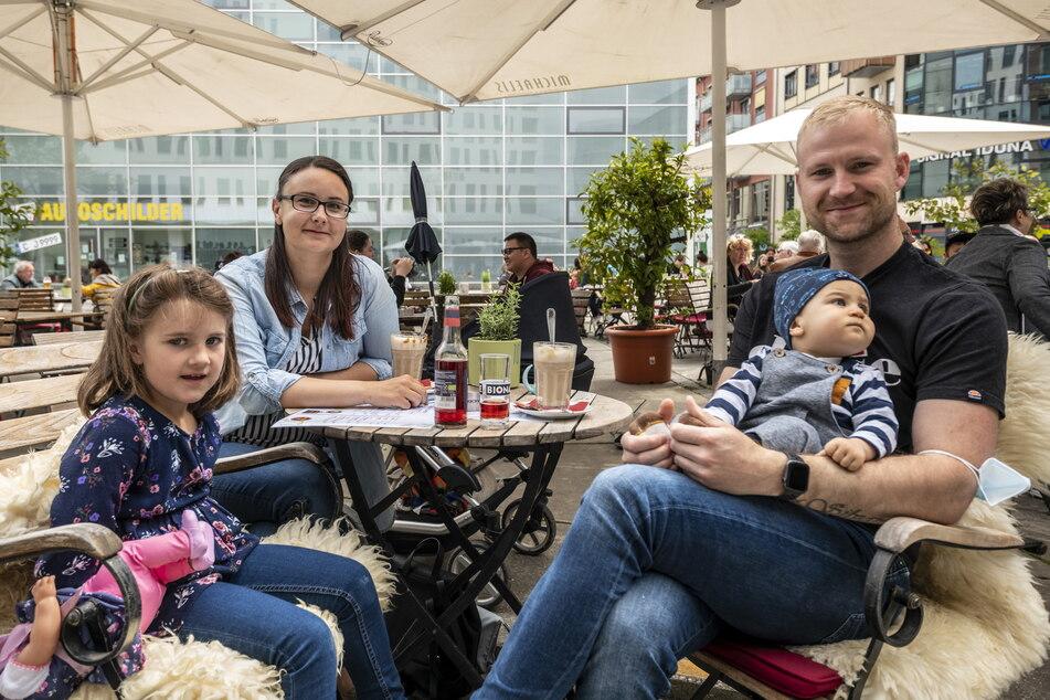 Nancy Moroz (30) und Rocco Dreßler (32) haben mit ihren Kindern spontan einen Platz im Café Michaelis bekommen.