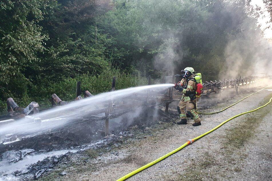 Feuerwehrleute hatten viel zu tun: Bei dem Brand war nach Angaben der betroffenen Firma ein Schaden von rund einer Million Euro entstanden.