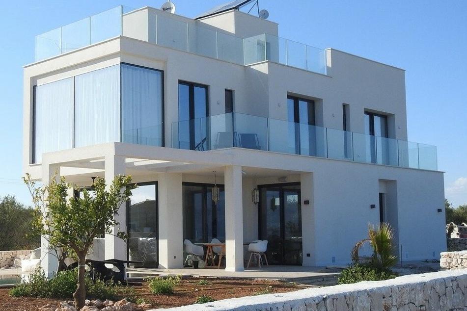 Corona-bedingt gerieten viele Gewerbe in eine finanzielle Notlage, einige mussten schließen. Gewerbliche Immobilien auf Mallorca sind deshalb aktuell günstig auf dem Markt – um bis zu 15 bis 20 Prozent preiswerter als im Vorjahr. Manche Eigentümer, die lastenfreie Immobilien ihr Eigen nennen, wollen allerdings die weitere Entwicklung bis zum Frühjahr 2021 abwarten.