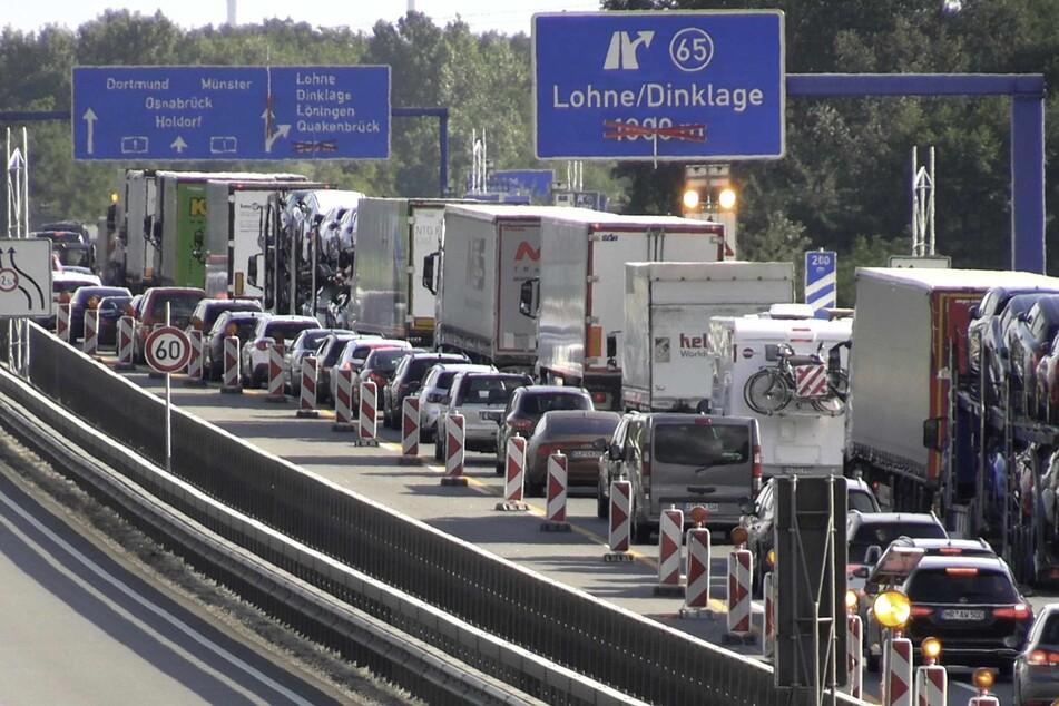 Der Verkehr staut sich auf der Autobahn 1.