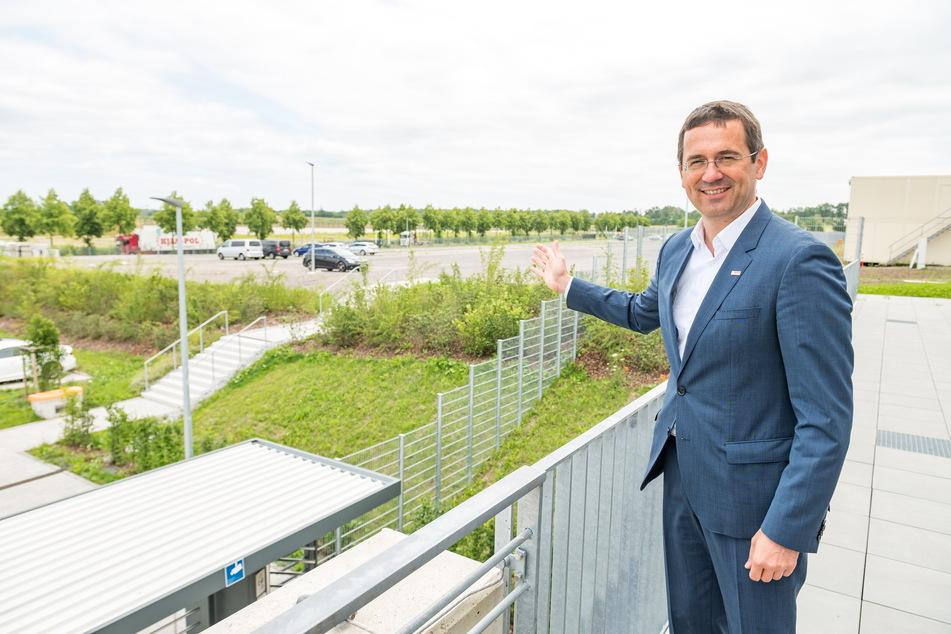 Leiter Christian Koitzsch (46) zeigt einen Teil der Fläche, der für einen möglichen Ausbau des Werks zur Verfügung steht.