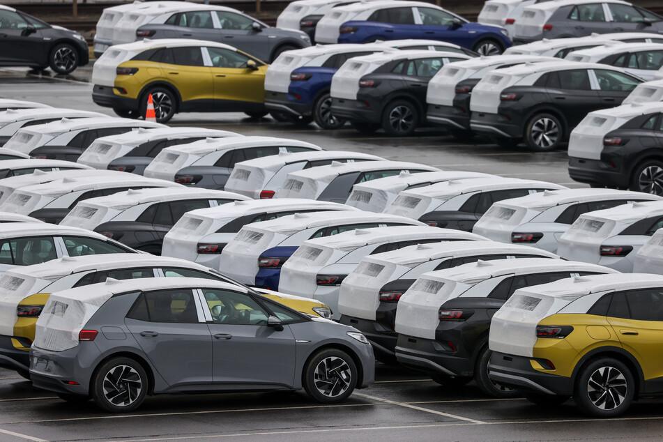 Neuwagen des Typs ID.3 und ID.4 stehen auf einem Parkplatz im Zwickauer Volkswagen-Werk. Die großen deutschen Autohersteller haben die Corona-Krise einer Branchenstudie des Beratungsunternehmens EY zufolge vergangenes Jahr im Ländervergleich am besten weggesteckt.