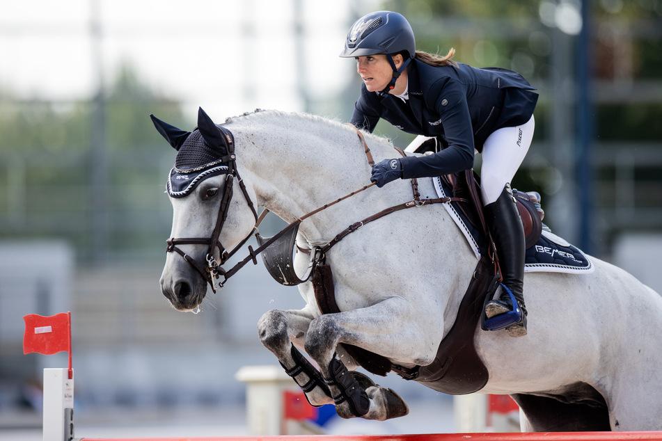 Springreit-Weltmeisterin Simone Blum (31) zeigt sich besorgt, weil ein Virus-Ausbruch den Reitsport und vor allem das Leben vieler Pferde bedroht.