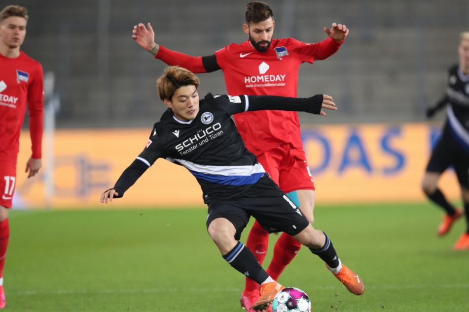 Bielefelds Ritsu Doan (l.) im Kampf um den Ball mit Herthas Marvin Plattenhardt (r.).