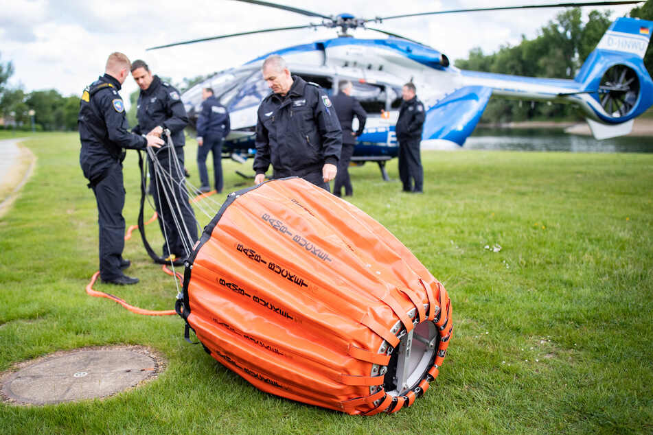 Fliegerstaffel erhält Lösch-Säcke gegen Waldbrände in NRW