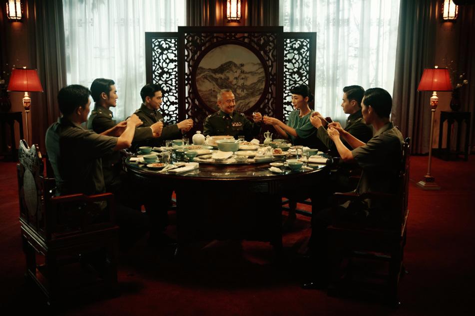 Dieses Foto zeigt das Machtverhältnis sehr gut. Nina Wu (3.v.r., Wu Ke-xi) ist beim Dreh von Männern umgeben. Immer wieder wird ihr Spiel korrigiert. Mitunter auf demütigende Art und Weise.