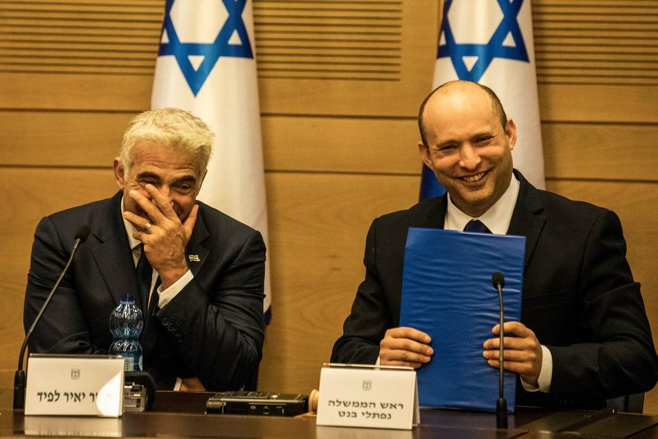 Naftali Bennett (49, r) und Jair Lapid (57) am Sonntagabend während der ersten Kabinettssitzung.