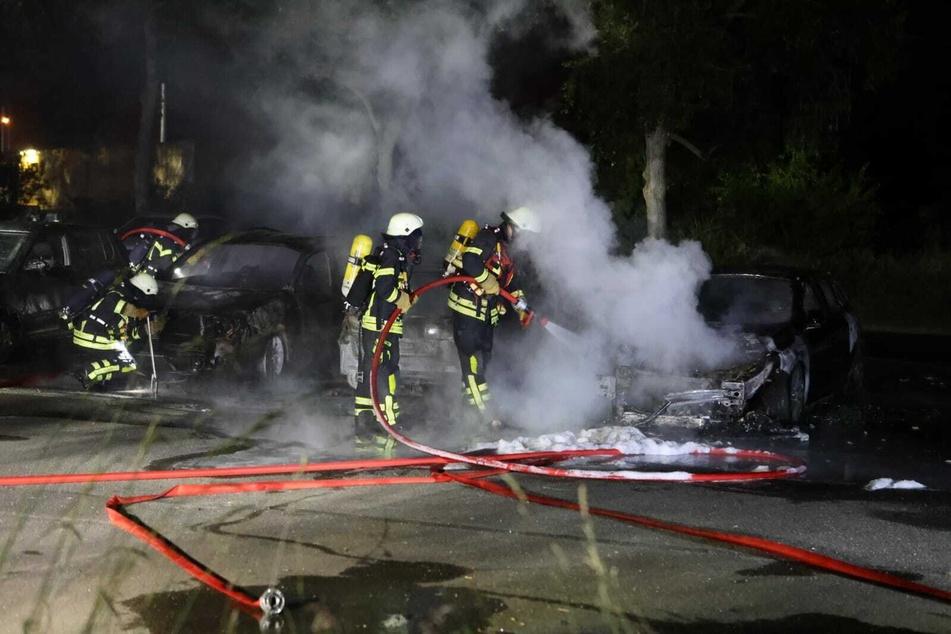 Auf einem Parkplatz standen vier Autos in Flammen. Drei von ihnen brannten trotz schnellem Anrücken der Feuerwehr vollständig aus.
