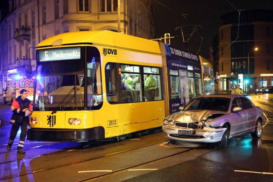 Jaguar kracht am Schillerplatz frontal in Straßenbahn