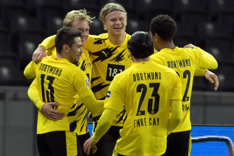 Erling Haaland (20, Mitte) bejubelt mit seinen Teamkameraden seinen Treffer zum 3:1. Der Norweger traf im Berliner Olympiastadion zum ersten Mal vierfach in der Bundesliga.