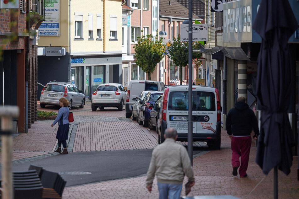 Nur wenige Passanten sind in der Innenstadt von Baesweiler unterwegs.
